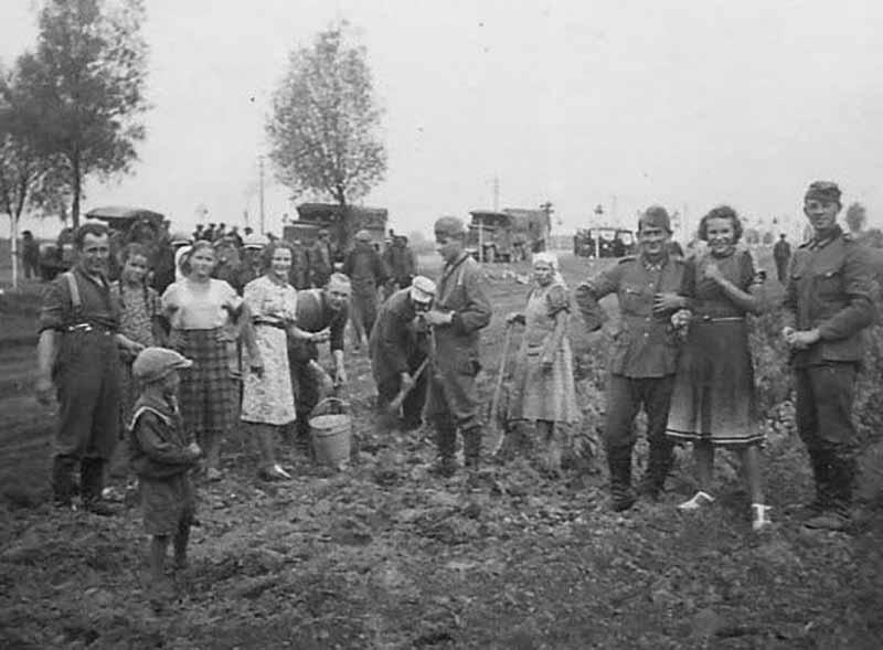 По мнению историка Святослава Кулинока, немцами были открыты разведывательные школы во многих белорусских городах.