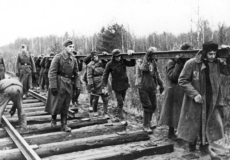 В СССР с военнопленными немецкими солдатами и офицерами проводили воспитательную работу и идеологическую переподготовку. Це