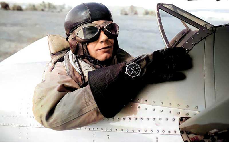 В конце 19 века несколько британских компаний начали производство мужских наручных часов с кожаными ремешками и в одном из выпусков даже добавили навигационный компас.