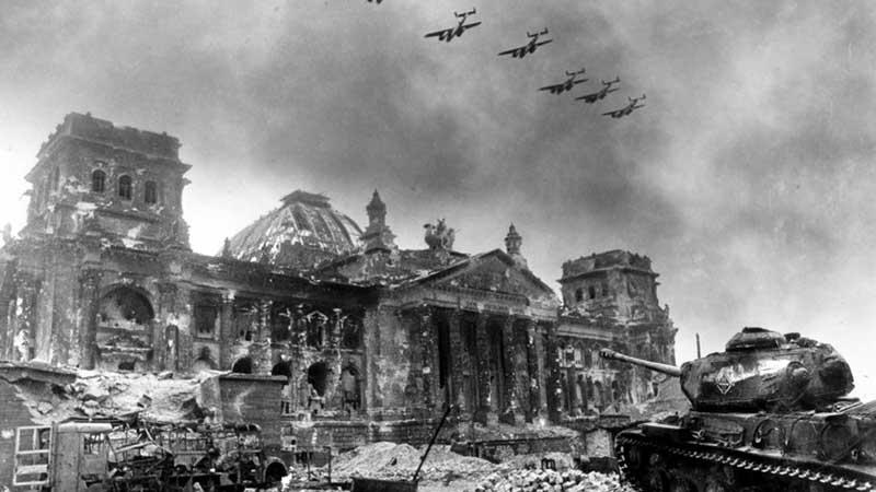 Когда началась Вторая мировая война, Гитлер стал одержим идеей стать великим полководцем
