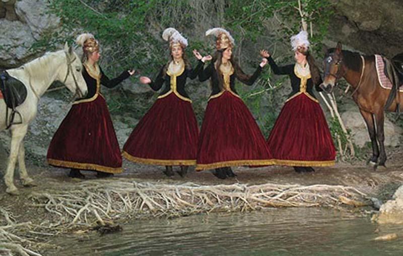 100 молодых жен и дочек офицеров из Греции нарядили в юбки красного цвета и широкого покроя.