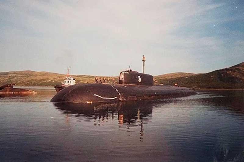 Капитан-лейтенант Колесников написал записку, в которой говорится о том, что через 2 часа после взрывов на подлодке более 20 человек еще были живы.