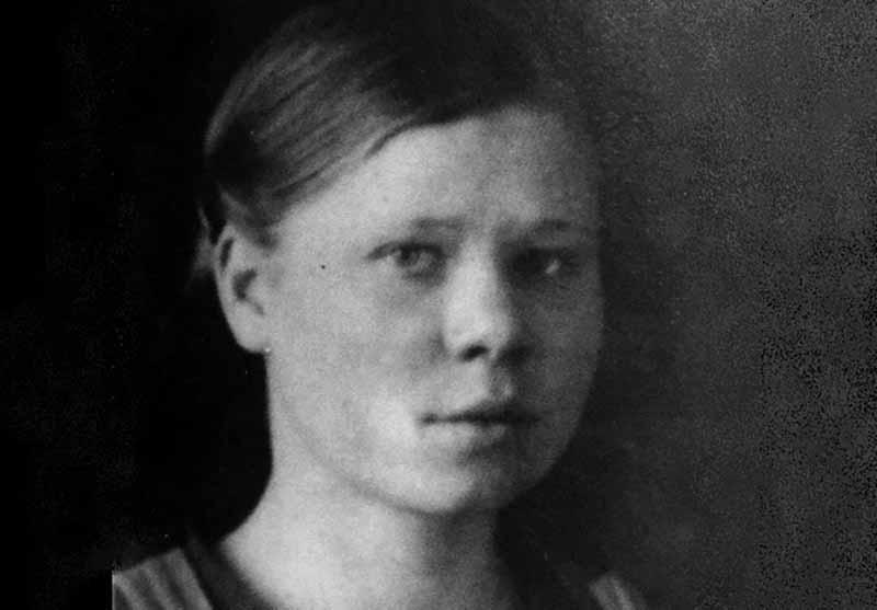 В очерке о Марии Цукановой сказано, что отважная девушка-ефрейтор, служившая санитарным инструктором