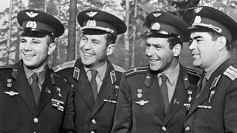 Нелюбов и Гагарин вместе начинали службу морскими летчиками, затем пришли в мир космонавтики, где проявили себя как талантливые и одаренные специалисты
