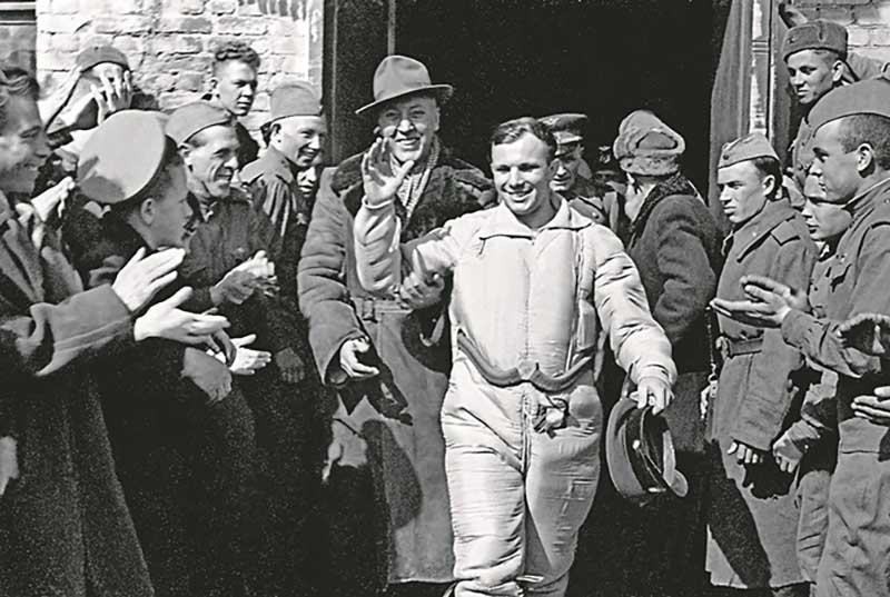 Когда Юрий Гагарин входил в капсуле в атмосферу, он крикнул фразу: «Я горю, прощайте, товарищи!»