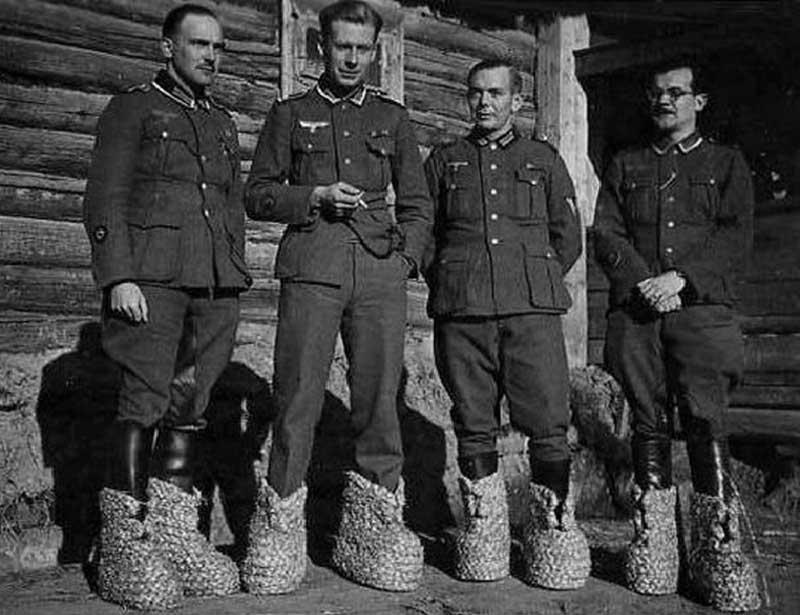 В фотоархивах с общим доступом есть фото, которое подписано разъяснением, что советский боец кормит лошадь трофейной обувью немцев