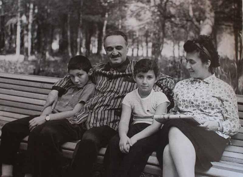 Кроме Владимира в ней состояли Серго и Вано Микояны — сыновья генералов Кирпичникова и Хмельницкого, академика Бакулева и некоторые другие представители советской золотой молодежи.